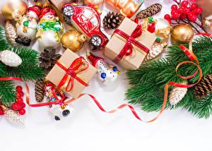 Bilder Feiertage Neujahr Ast Geschenke Kugeln Band Schachtel Zapfen