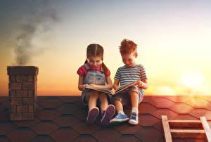 Bilder Sonnenaufgänge und Sonnenuntergänge Kleine Mädchen Junge Zwei Buch Sitzend Dach Kinder
