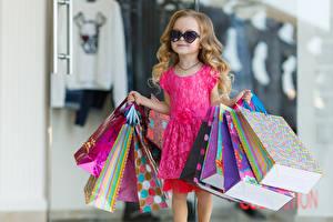 Hintergrundbilder Kleine Mädchen Kleid Brille Kauften Tüte Kinder