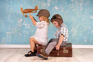 Bilder Flugzeuge Spielzeug Junge Kleine Mädchen 2 Helm Koffer Kinder