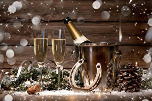 Fotos Neujahr Champagner Weinglas Flaschen Schneeflocken Ast Zapfen Lebensmittel
