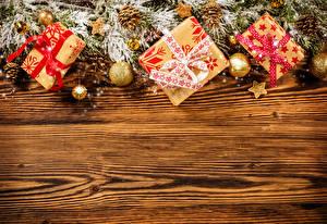 Hintergrundbilder Neujahr Feiertage Bretter Ast Geschenke Kugeln Vorlage Grußkarte