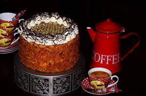 Bilder Süßware Torte Pfeifkessel Kaffee Schwarzer Hintergrund Tasse Lebensmittel