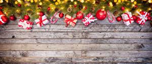 Hintergrundbilder Neujahr Bretter Ast Geschenke Kugeln Lichterkette Vorlage Grußkarte