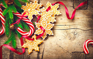 Fotos Neujahr Süßigkeiten Kekse Dauerlutscher Bretter Ast Schneeflocken Candy cane Lebensmittel
