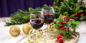 Fotos Feiertage Neujahr Wein Weinglas Zwei Kugeln Ast Lebensmittel