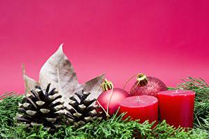 Fotos Neujahr Kerzen Farbigen hintergrund Ast Zapfen