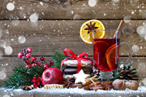 Bilder Neujahr Getränke Kekse Äpfel Zitrone Nussfrüchte Zimt Bretter Trinkglas Ast Schneeflocken das Essen