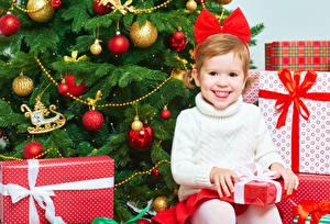 Bilder Neujahr Kleine Mädchen Lächeln Tannenbaum Geschenke Kugeln Sitzt Kinder