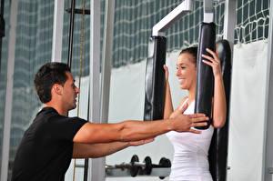 Fotos Mann Fitness Hand Lächeln Trainer Körperliche Aktivität Mädchens