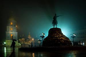 Hintergrundbilder Kiew Ukraine Denkmal Regen Straßenlaterne Nacht Städte