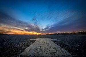 Fotos Himmel Sonnenaufgänge und Sonnenuntergänge Straße Asphalt Pfeil (Symbol) Natur