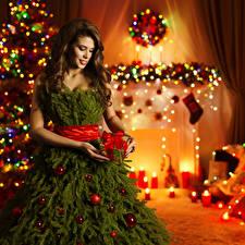 Bilder Feiertage Neujahr Braunhaarige Kleid Ast Christbaum Geschenke Kugeln Mädchens