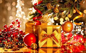 Fotos Feiertage Neujahr Kugeln Geschenke Gold Farbe Christbaum Ast
