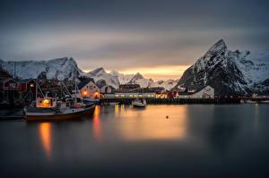 Hintergrundbilder Lofoten Norwegen Gebirge Haus Winter Schiffe Flusse Nacht Hamnoy village Städte