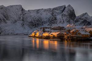 Hintergrundbilder Lofoten Norwegen Gebirge Flusse Winter Haus Schnee Reine