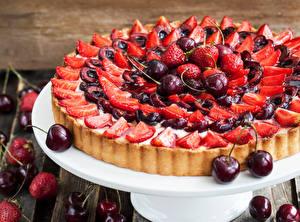 Fotos Backware Obstkuchen Erdbeeren Kirsche das Essen