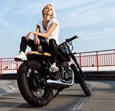 Bakgrundsbilder på skrivbordet Blond tjej Motorcyklist Hand Sitter ung kvinna Motorcyklar