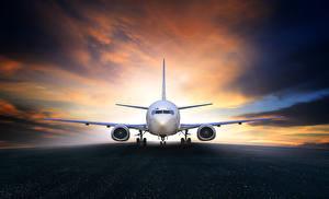 Fotos Flugzeuge Abend Himmel Verkehrsflugzeug Asphalt Luftfahrt