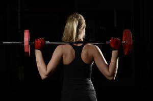 Bilder Fitness Rücken Hantelstange Schwarzer Hintergrund Trainieren Mädchens