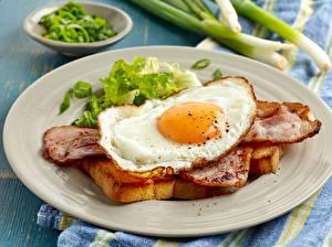 Fotos Fleischwaren Schinken Speck Teller Spiegelei Frühstück Lebensmittel