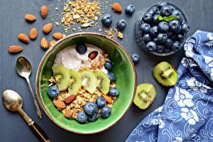 Fotos Müsli Heidelbeeren Kiwifrucht Nussfrüchte Frühstück Teller Löffel