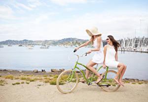 Bilder Fahrrad Zwei Der Hut Strände junge Frauen
