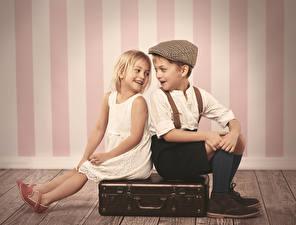 Fotos Junge Kleine Mädchen Koffer Lächeln Sitzt kind