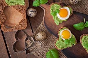 Bureaubladachtergronden Boterham Brood Hartje Spiegelei Eieren Snijplank Voedsel