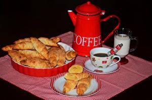 Bilder Kaffee Backware Milch Brötchen Schwarzer Hintergrund Frühstück Kanne Tasse Teller