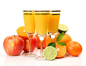 Fotos Getränke Saft Äpfel Zitrone Mandarine Weißer hintergrund Weinglas Lebensmittel