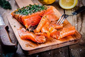 Hintergrundbilder Meeresfrüchte Fische - Lebensmittel Großansicht Lachs Gabel Schneidebrett das Essen