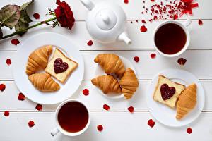 Fotos Valentinstag Croissant Rose Butterbrot Tee Wasserkessel Konfitüre Bretter Frühstück Herz Tasse Teller Kronblätter das Essen
