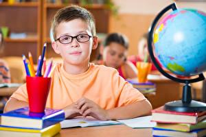 Bilder Junge Bleistift Brille Starren Globus Kinder