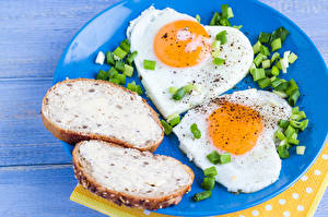 Photo Butterbrot Wood planks Plate Fried egg 2 Heart Food