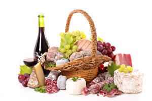 Bilder Stillleben Wein Wurst Käse Weintraube Schinken Weißer hintergrund Weidenkorb Flasche Weinglas
