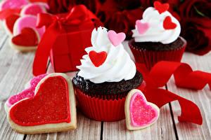 Sfondi desktop Festa di san Valentino Piccola torta Biscotti Cupcake Tavole Cuore Fettuccia Cibo