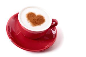 Bilder Valentinstag Kaffee Cappuccino Weißer hintergrund Tasse Herz Schaum Rot Untertasse Lebensmittel