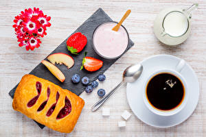Bilder Backware Kaffee Milch Beere Schlüsselblumen Frühstück Tasse Löffel Lebensmittel