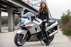 Bakgrundsbilder på skrivbordet Brunhårig tjej Motorcyklist Unga_kvinnor Motorcyklar