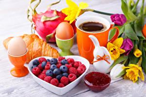 Hintergrundbilder Croissant Warenje Kaffee Himbeeren Heidelbeeren Narzissen Frühstück Ei Tasse