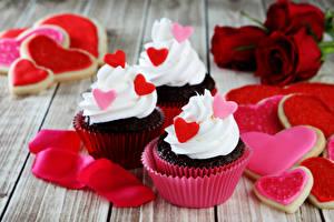 Papéis de parede Feriados Doçarias Pequeno bolo Bolacha Rosas Cupcake Tábuas de madeira Três 3 Coração Pétala Alimentos