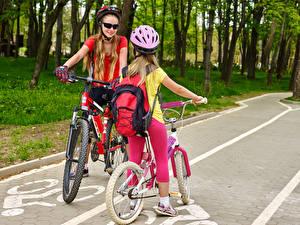 Hintergrundbilder Kleine Mädchen 2 Fahrrad Helm Brille Kinder