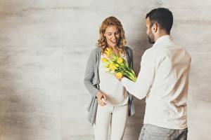 Fonds d'écran Homme Tulipes Journée internationale des femmes 2 Chemise manches longues Sourire Fond gris Filles