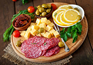 Hintergrundbilder Wurst Käse Zitrone Gemüse Tomate Oliven Schneidebrett