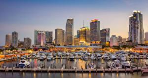Bilder Vereinigte Staaten Gebäude Wolkenkratzer Bootssteg Jacht Abend Miami Bucht Städte