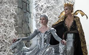 Papel de Parede Desktop Coroa Charlize Theron Emily Blunt O Caçador e a Rainha do Gelo War Freya, Ravenna Filme Celebridade Meninas