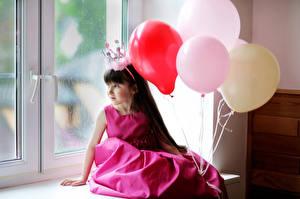 Fotos Krone Kleine Mädchen Kugeln Kleid Fenster Sitzt kind