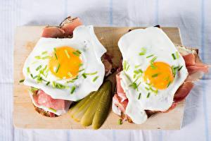 Hintergrundbilder Schinken Gurke Butterbrot Schneidebrett Spiegelei 2 Frühstück