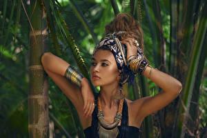 Bilder Schmuck Bambus Halskette Armband Braune Haare Hand Mädchens